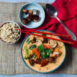 Veganes rotes Erdnuss-Thai-Curry mit geröstetem Kürbis