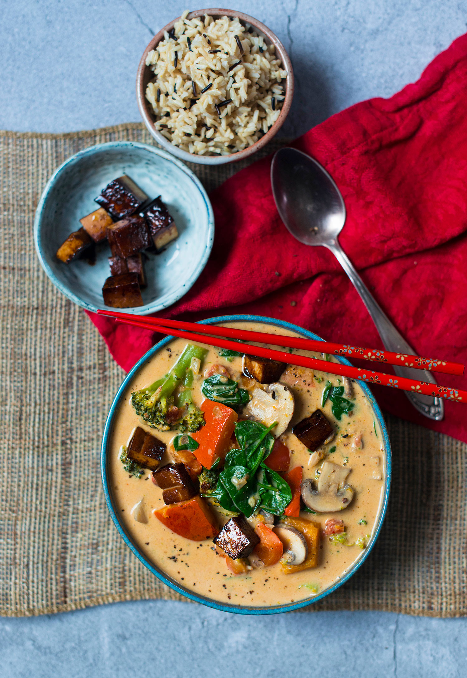 Veganes-Rotes-Thai-Curry-Erdnuss-hoch