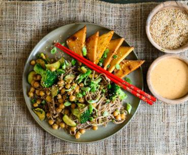 Sobanudeln mit Gemüse, Räuchertofu und Cashewsauce