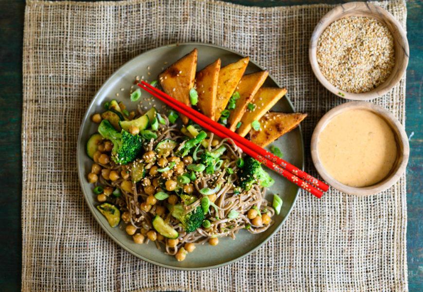 Vegan: Sobanudeln mit grünem Gemüse, Räuchertofu und Cashew-Kokosmilch-Sauce