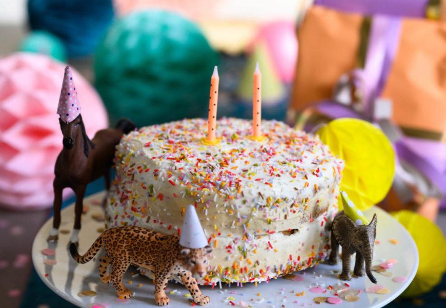 """Unsere """"TWO-happy""""-Feier und ein zuckerfreier(*) Geburtstagskuchen mit Joghurt-Frischkäse-Frosting"""